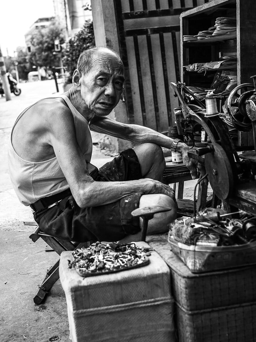 街边修鞋老人