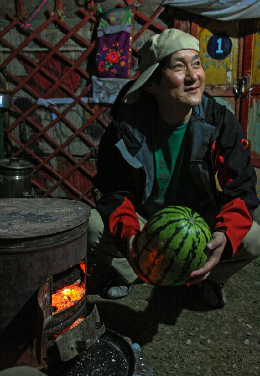围着火炉吃西瓜 - 牛山一号 - 图虫网 - 优质摄影师
