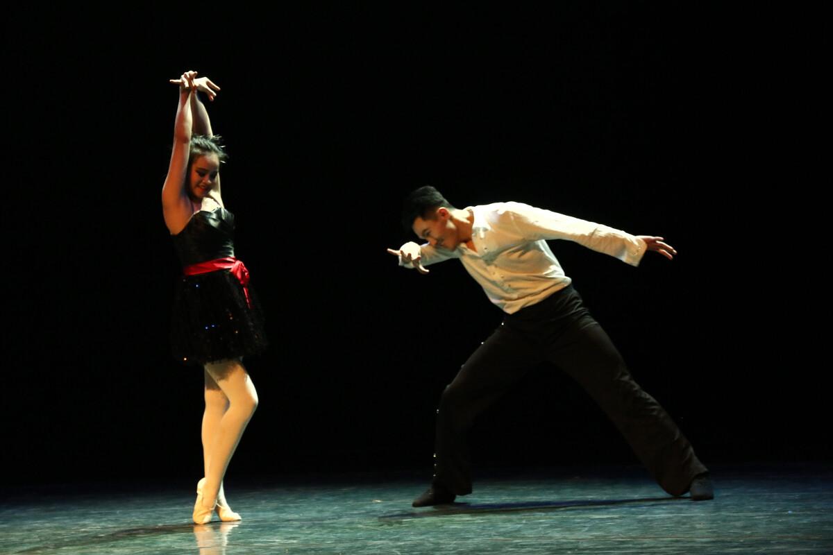 《我持彩练当空舞》西安音乐学院舞蹈系2012房子绘制ai的中图片