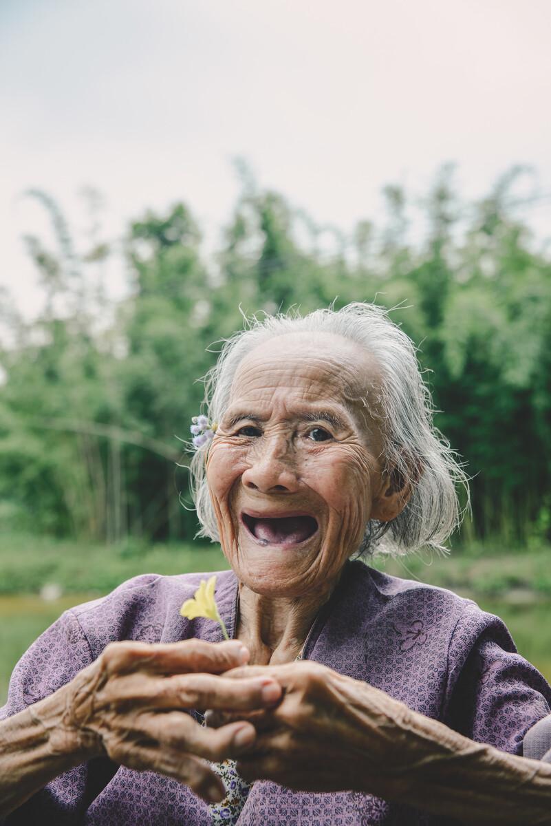 她是麻风病康复村的婆婆,我觉得女人爱花,不分年龄.图片
