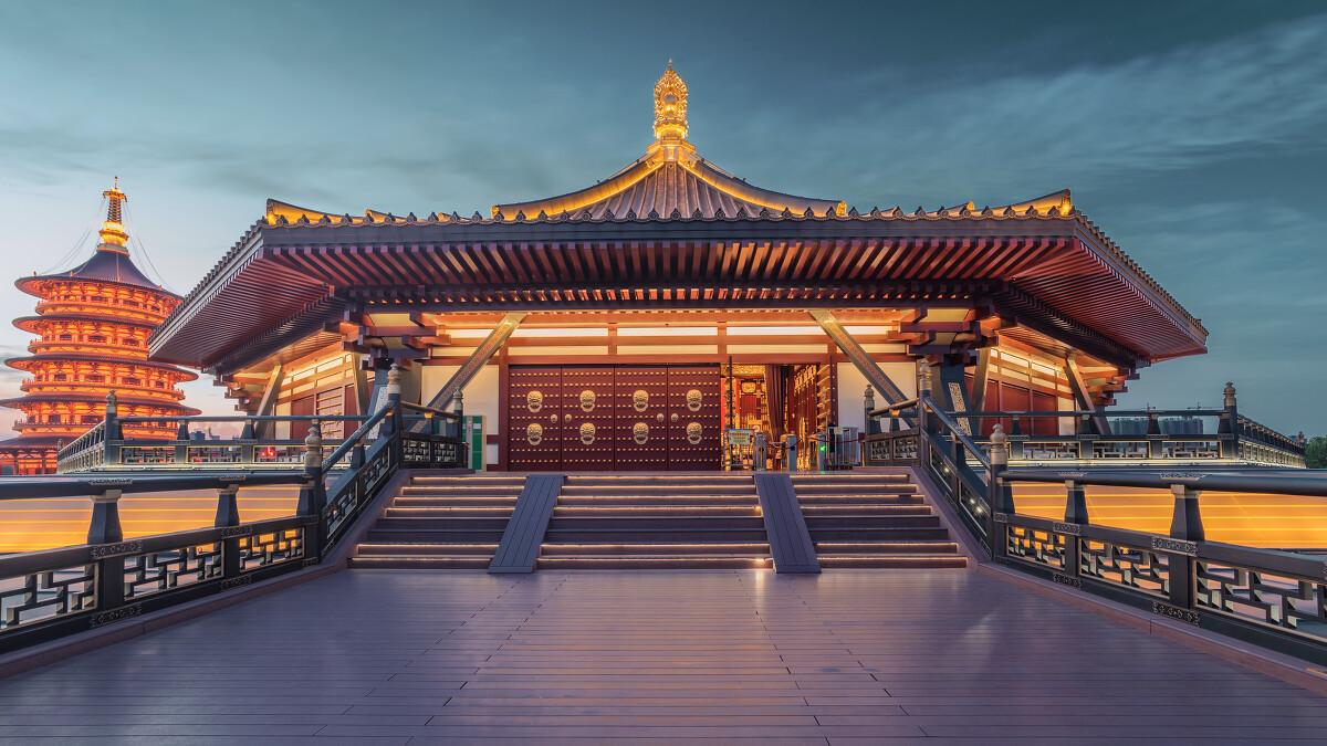 公元688年春,武后排斥众议,拆除东都洛阳宫的正殿乾元殿,在其地建明堂