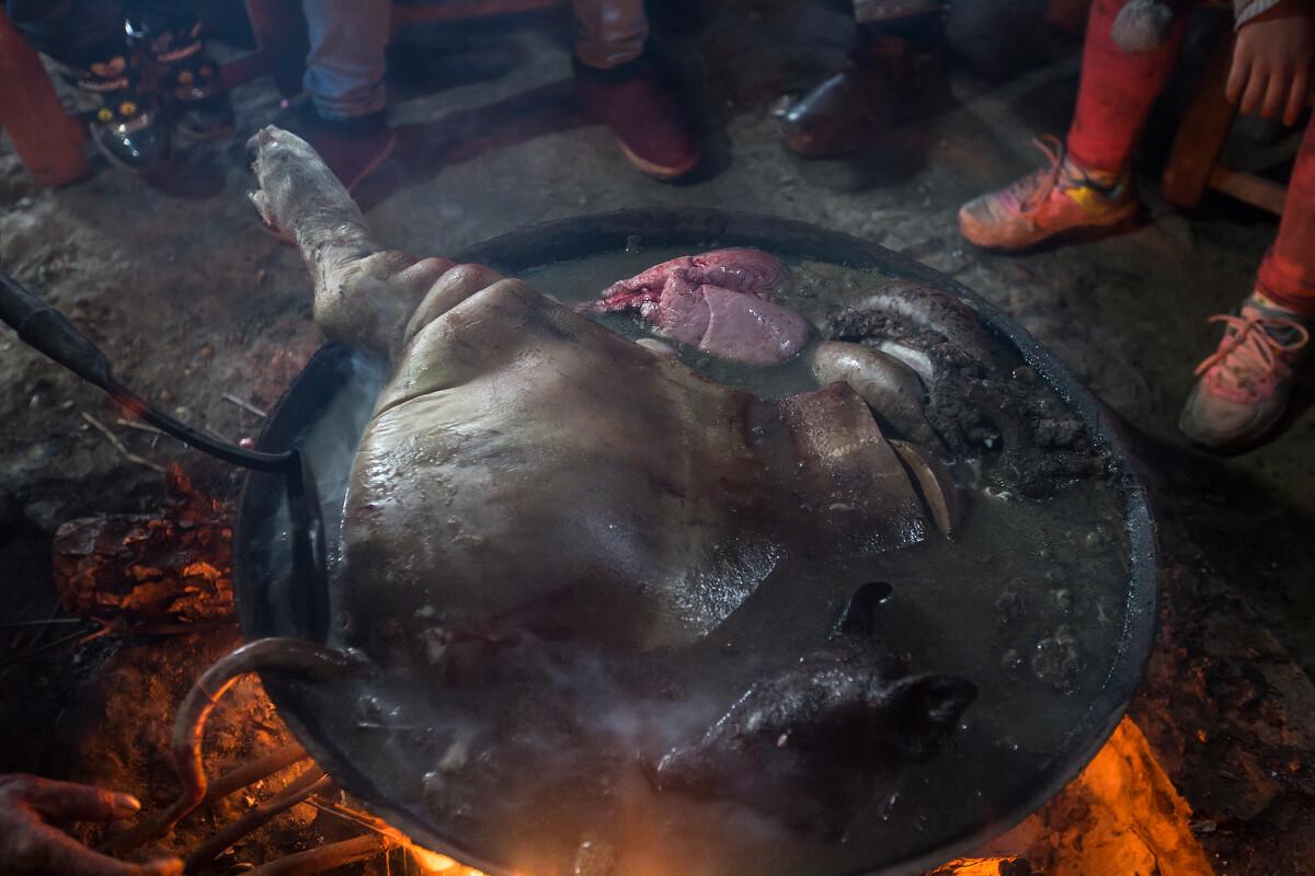 鱿鱼在锅里过一遍开水,将猪肉洗净(不见血).笔画图片简血水图片