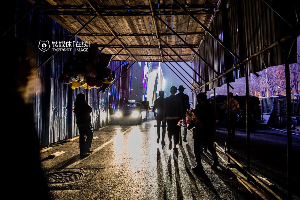 """在酒吧,保安一般都有自己替客人叫代驾的方式。互联网代驾平台兴起后,酒吧保安和外来代驾司机之间难免会发生摩擦。3月12日,北京工体西路一家酒吧的保安因为不满代驾司机在酒吧前的路边等待订单,动手推到了代驾司机的代步电动车,双方发生了冲突,代驾司机报警后,30多名代驾在酒吧门口等待警察讨要说法,要求涉事保安露面道歉。""""那个保安始终没有再出现。""""一名目睹事件的代驾说。"""