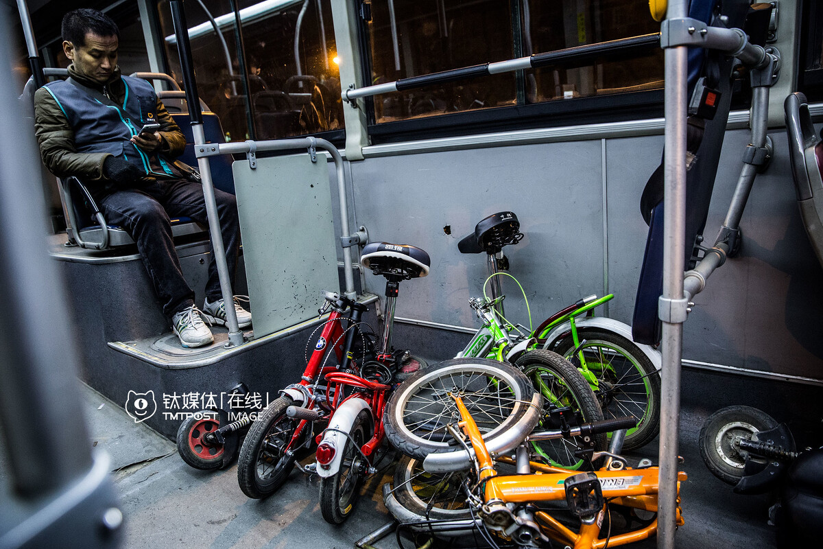 凌晨3点,北京夜班公交,车厢里堆放着代驾司机的代步车。北京目前有34条夜班公交,覆盖三环路以内主干道,并延伸到四环大型社区,这些夜班车为代驾司机提供了很大的方便。