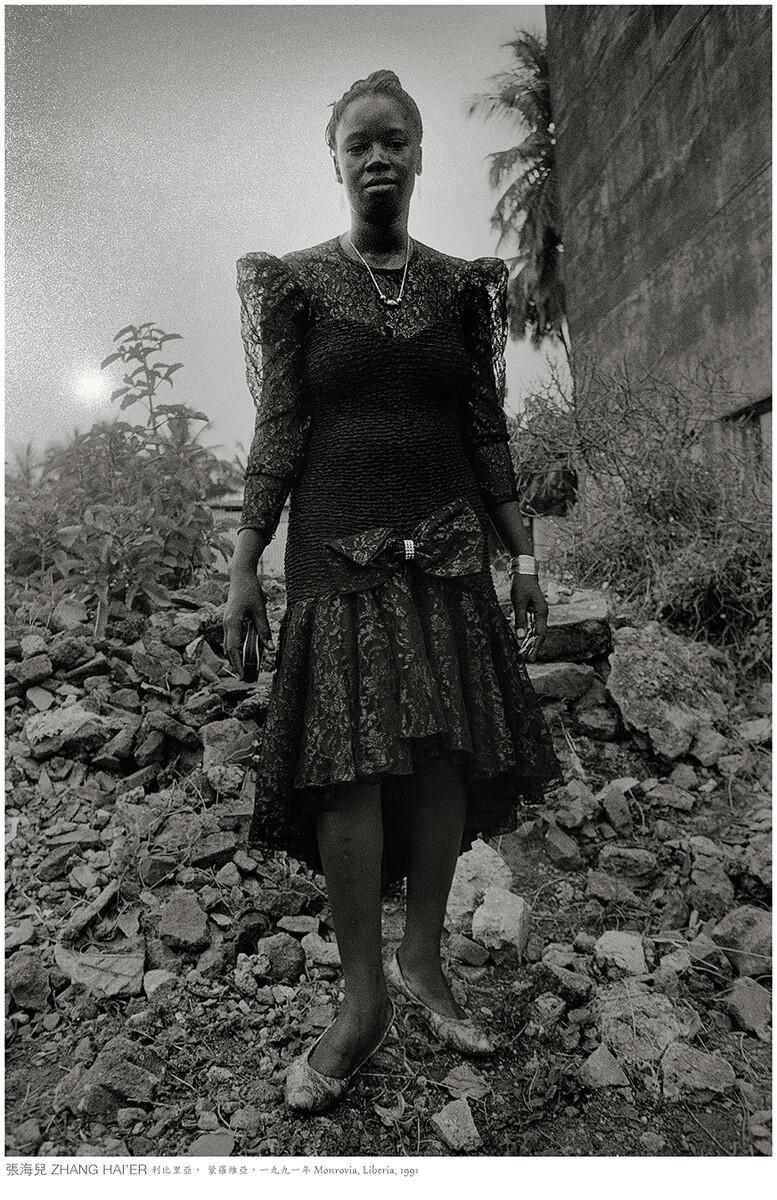 落日,打扮停當的姑娘出門赴約。利比里亞,蒙羅維亞,一九九一年