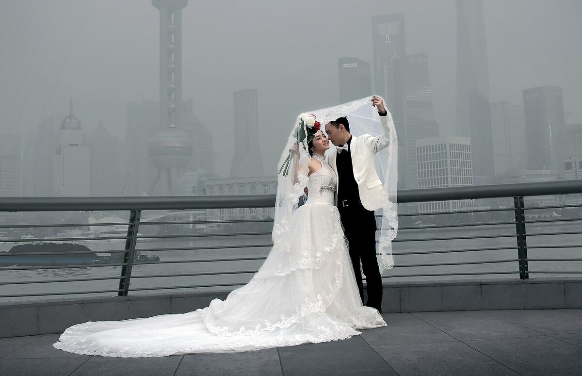上海拍婚纱照_可爱情的力量还是促使不少情侣来外滩拍婚纱照.