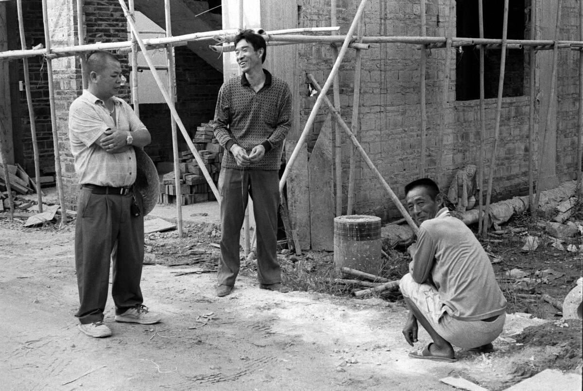 两个四川民工和本地包工头。
