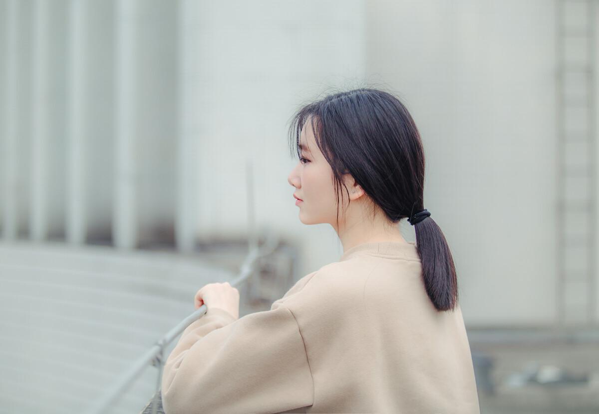 女子最美的模样,无不是那一低头的温柔,和那一抬头的淡雅.