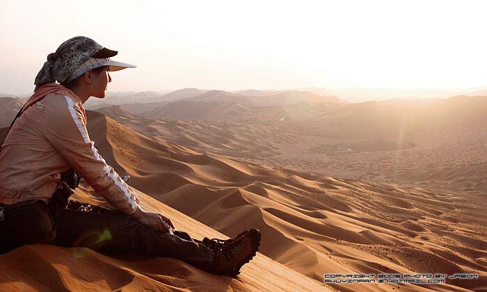 顶峰人体裸体艺术_fan_20061001_079 br /> 在世界上海报最高的沙漠顶峰等待日落