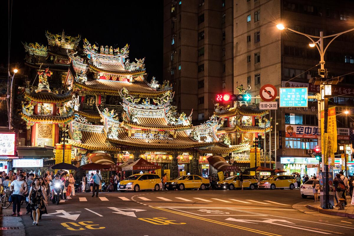 抵达台北已经晚上,在此进晚餐了 br 台北的夜市依然喧闹图片