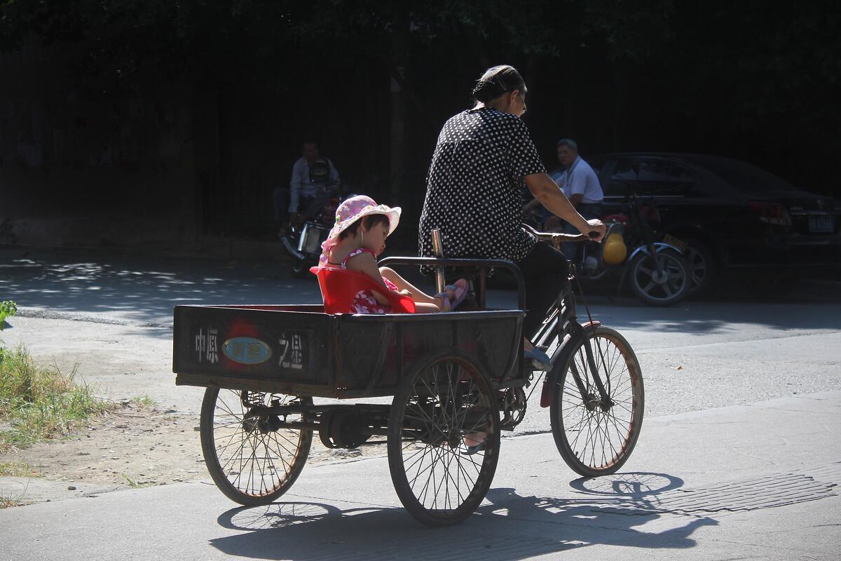 三轮车被撞瞬间遭神秘转移_柳州市荣军路,奶奶骑着三轮车带着孙女.