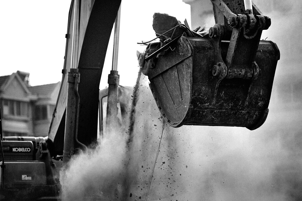 010巨大的铲斗在拆迁工地上轰鸣着。