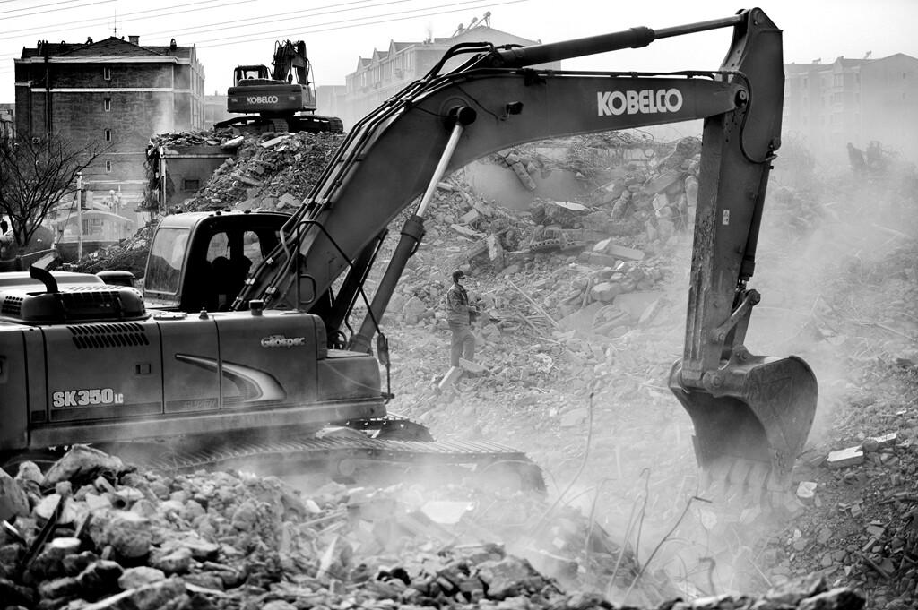 011拆迁人员在拆迁现场。