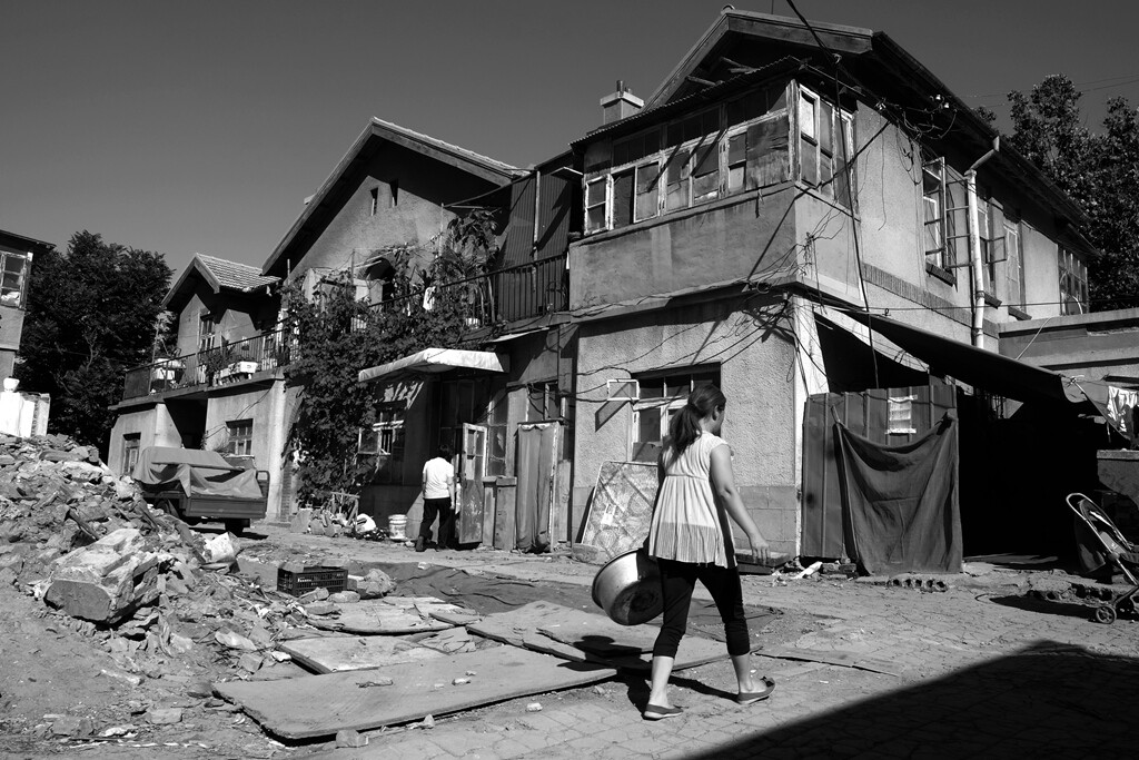 012即将扒掉的家显得摇摇欲坠,但是,日子还得照样过。