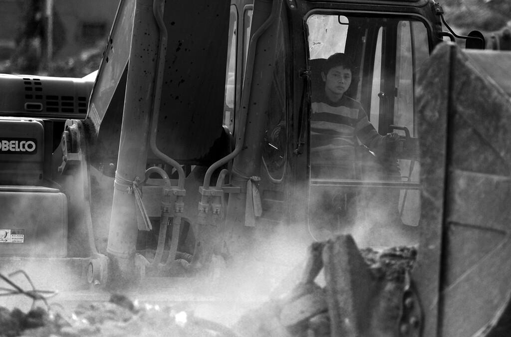 014铲车在拆迁现场正在工作。