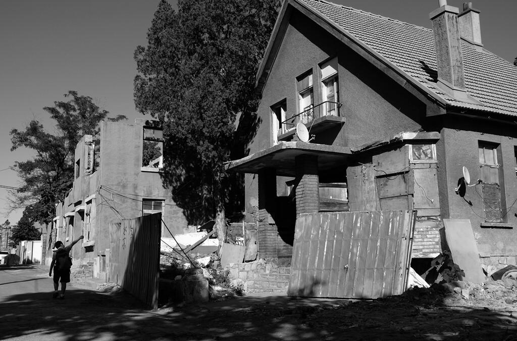 018这是一座当年日本的建筑,孩子放学时还不忘看看即将拆掉的房屋。