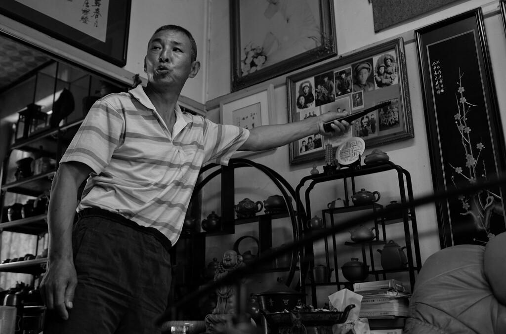 020进入到老韩大哥的老屋,老韩指着墙上挂着的老照片向我讲述着过去那些故事。