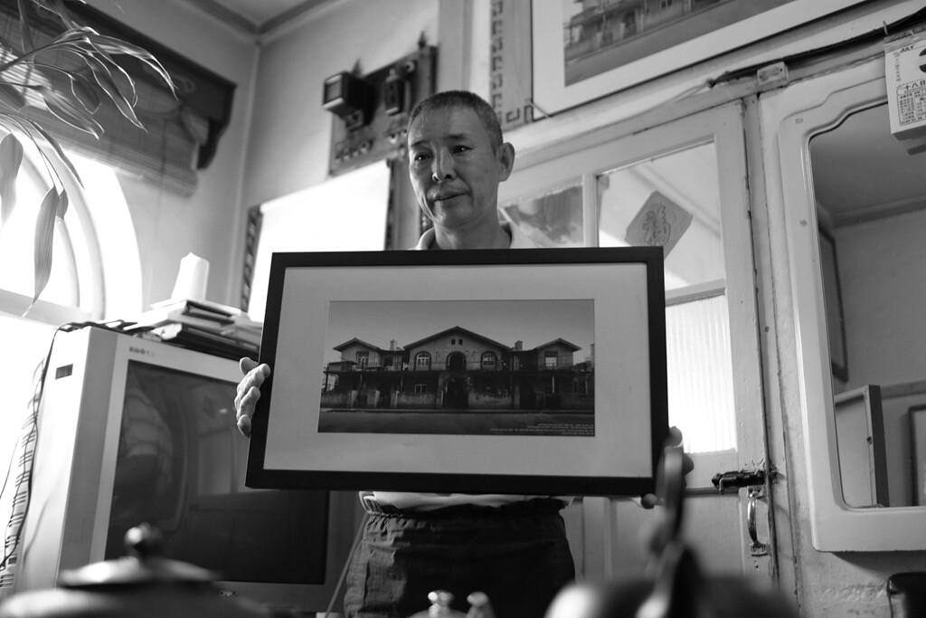 021老韩大哥手捧着这张没有拆迁前老屋的照片一脸的不舍和无奈。