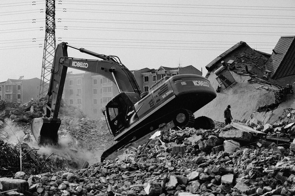024机器的轰鸣和倒塌的建筑。