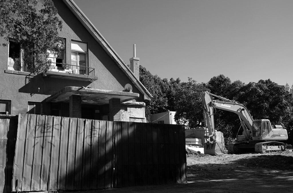 025待拆的老屋后面停着一台挖掘机在等待着命令。