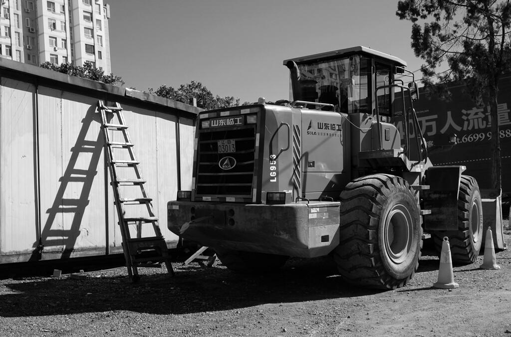 026待拆的老屋后面停着一台挖掘机在等待着命令。
