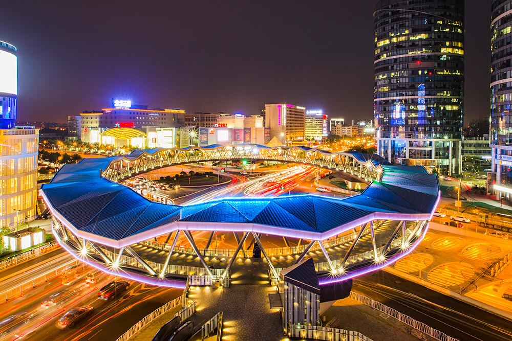 上海中环路与金沙江路交叉口新建的人行立交桥,工程宏大美