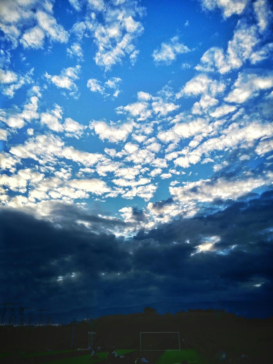 随着乌云散去,校运会也进入了尾声,蓝天白云的到来给我们校校运会顺利图片