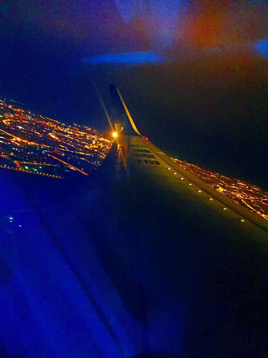 夜晚乘飞机出游时用手机拍的陆地夜景,夜晚的灯光如星光璀璨