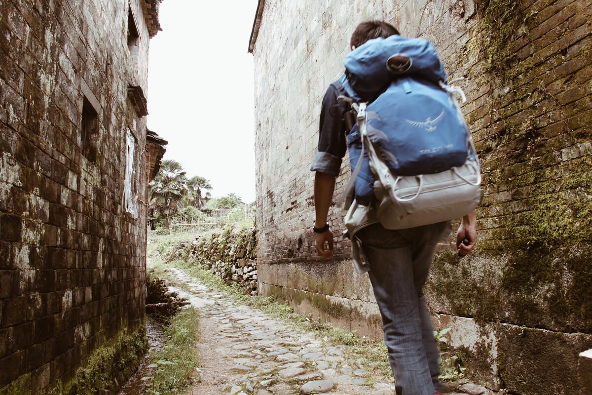 一个人背包旅行_2016背包旅行,一座城市,一张自拍