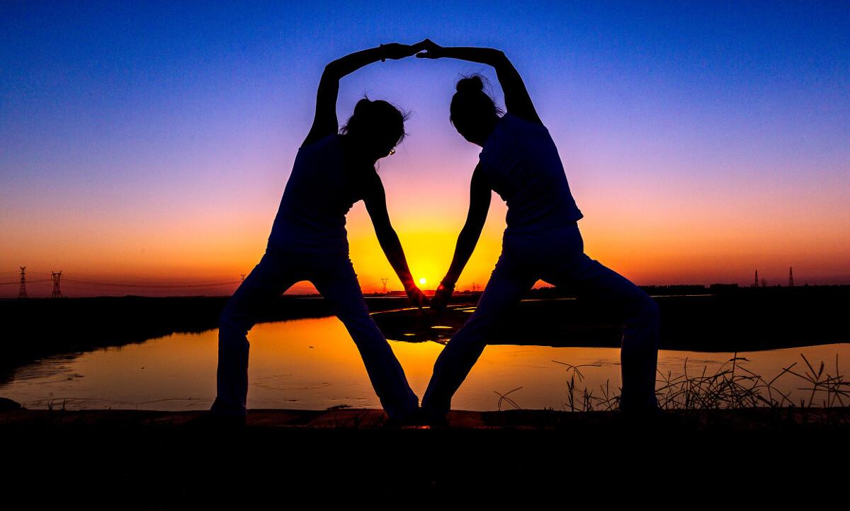夕陽下的瑜伽圖片