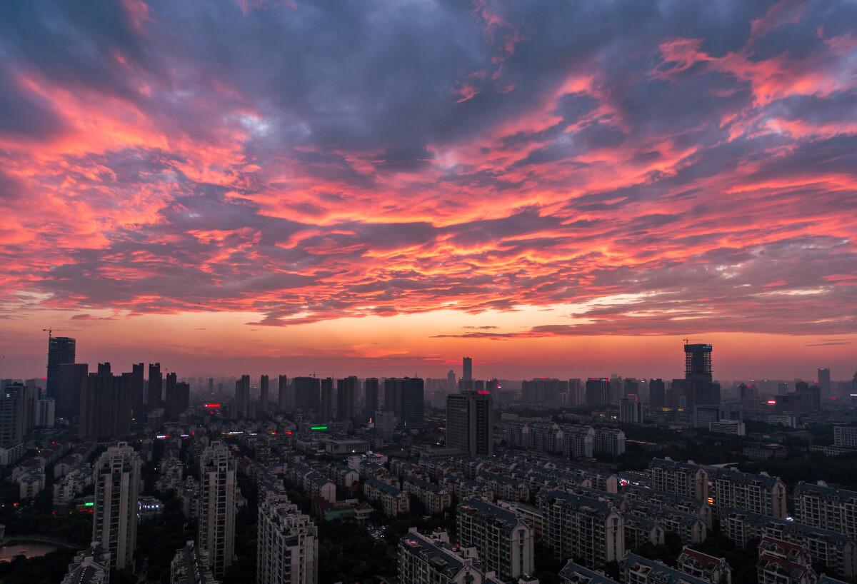 合肥这个城市里难得一见的夕阳晚霞,就那么一分钟的时间里