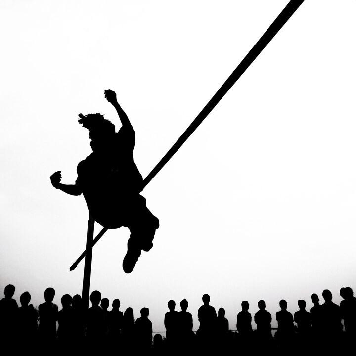 跳高_拍摄于一组女子跳高的比赛中,拍完后,感觉剪影的效果更有张力,更能