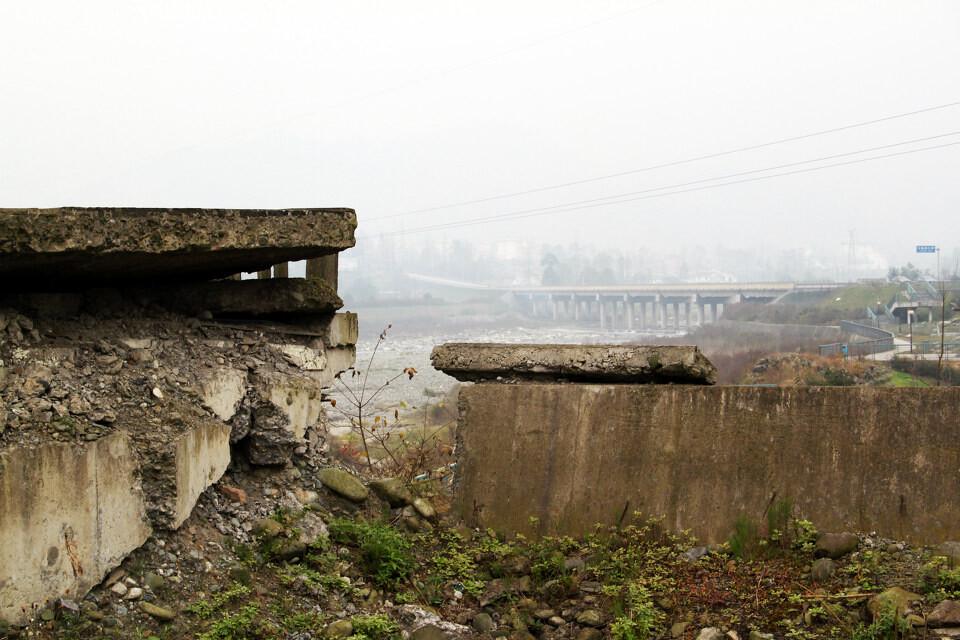 小鱼洞大桥遗址及远处的新建小鱼洞大桥<br />