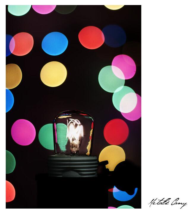 4张照片合成&lt;br /&gt;<br /> 第一张开灯,f2.2,1/4000s,照出灯丝形状。&lt;br /&gt;<br /> 第二张开灯,f2.2,1/800s,照出灯泡玻璃壁轮廓。&lt;br /&gt;<br /> 第三张关灯,f1.8,1/30s,光圈全开照出圆形焦外。&lt;br /&gt;<br /> 第四张开环境光,f2.2,1/100,拍出灯座。