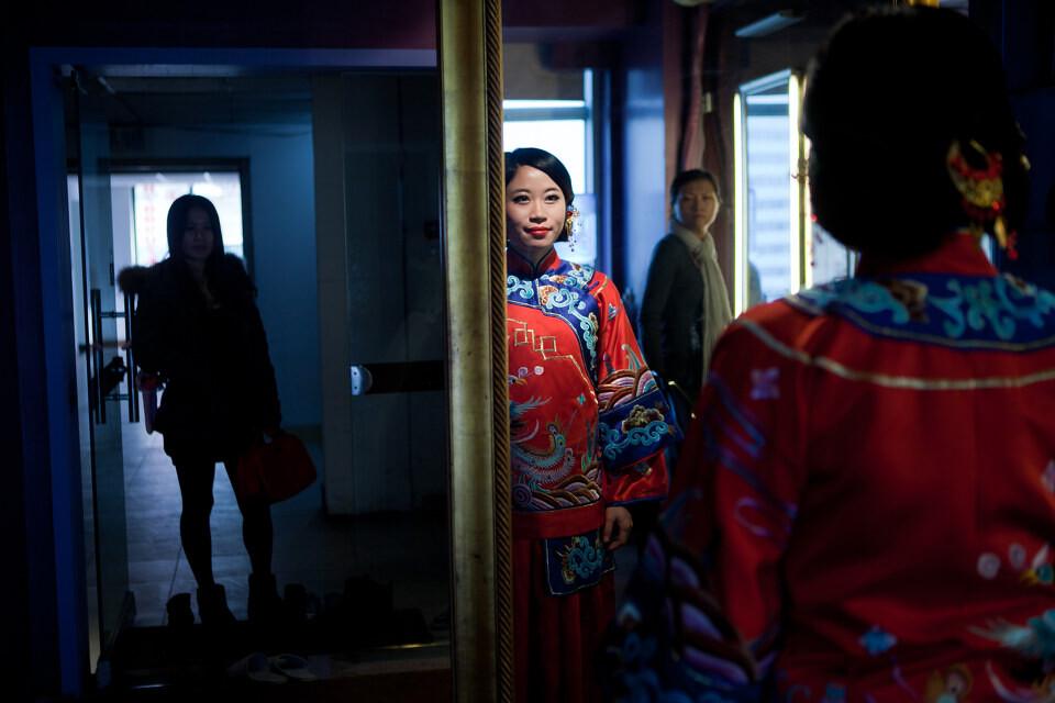人妻门_这是我最喜欢的一张照片,门外的妹妹在催促刚画完妆的新娘,初为人妻又