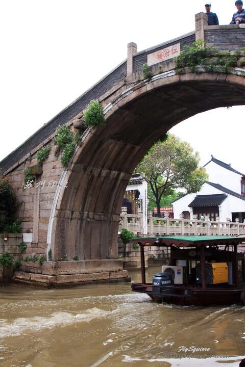 造访江村桥<br /> 江村桥位于苏州枫桥景区内,为单孔石拱桥,建于唐代,清康熙四十五年(1867年)由当地人程文焕发起募捐重建,同治六年(公元1867年)重修。位于寒山寺照壁前偏南。  东堍有南北侧引桥,南侧9级石级,北侧10级石级,宽2.1米,向上25级石级到顶,长38.7米;桥面宽2.4米,长2.88米;北堍直接33级石级,底宽3米。石桥栏间用砖封砌。其与枫桥相望,对愁而眠;拾阶而上,闻钟听风。为省级文物保护单位。 <br />