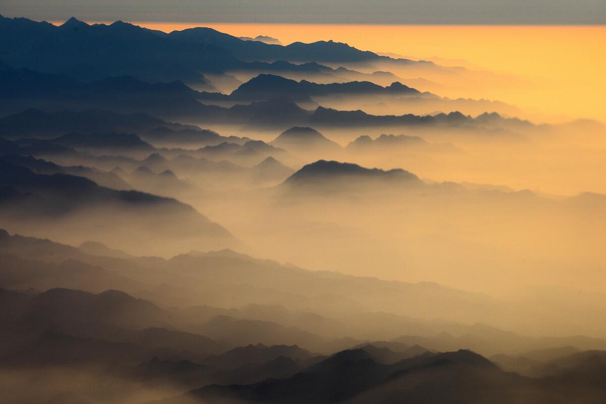 一重山,两重山,山远天高烟水寒.航拍,乌鲁木齐郊外.