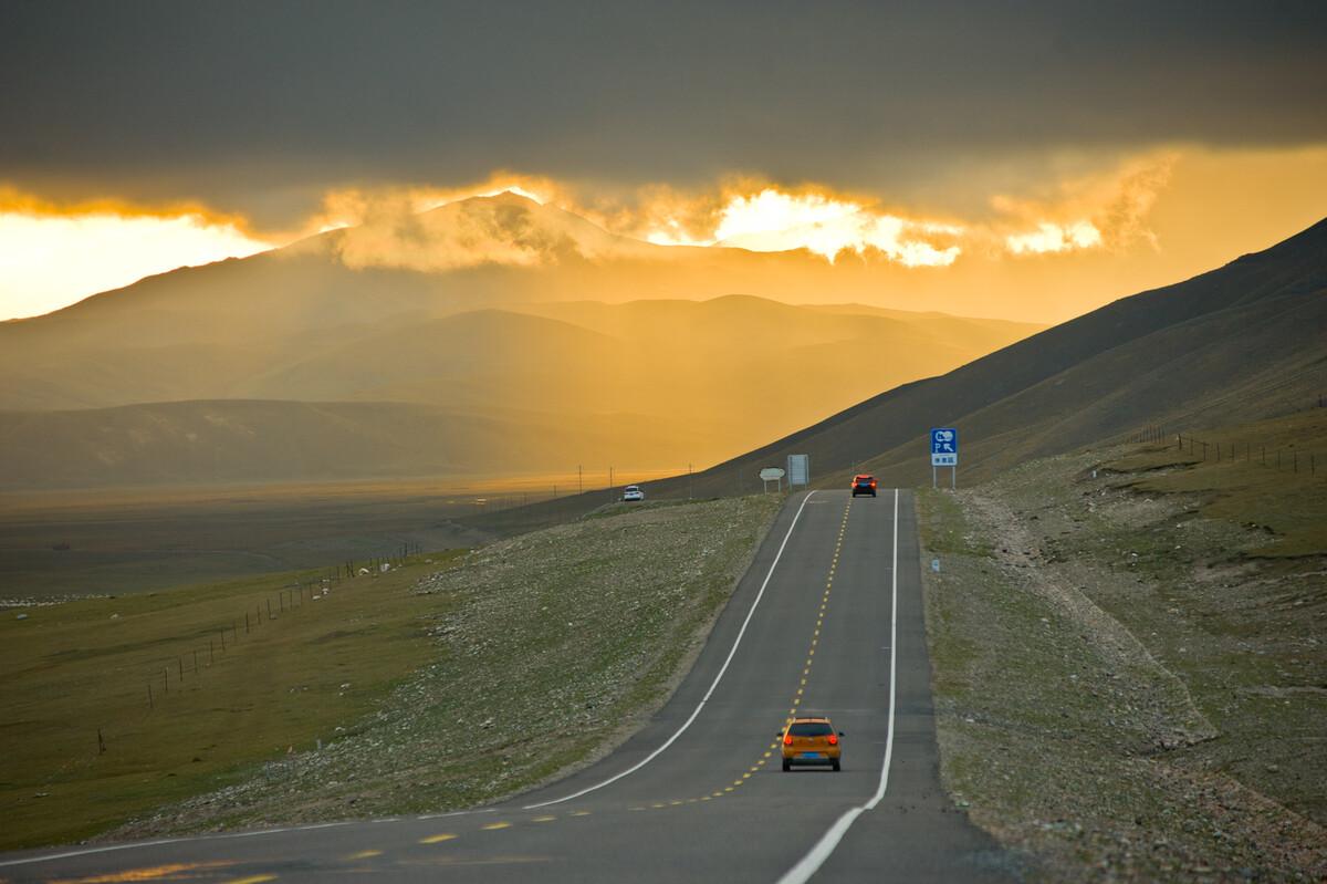 穿越独库公路遭遇天鹅湖路段塌方,绕道艾肯达坂,晚霞中奔向