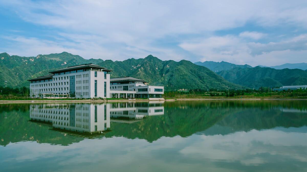 秦岭山下,启翔湖旁,工大山水映衬图片