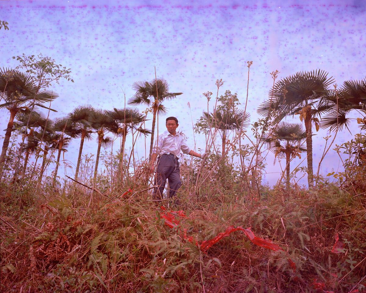 2014年,清明扫墓的村民。Mamiya 7II + 85/4,过期柯达120负片。