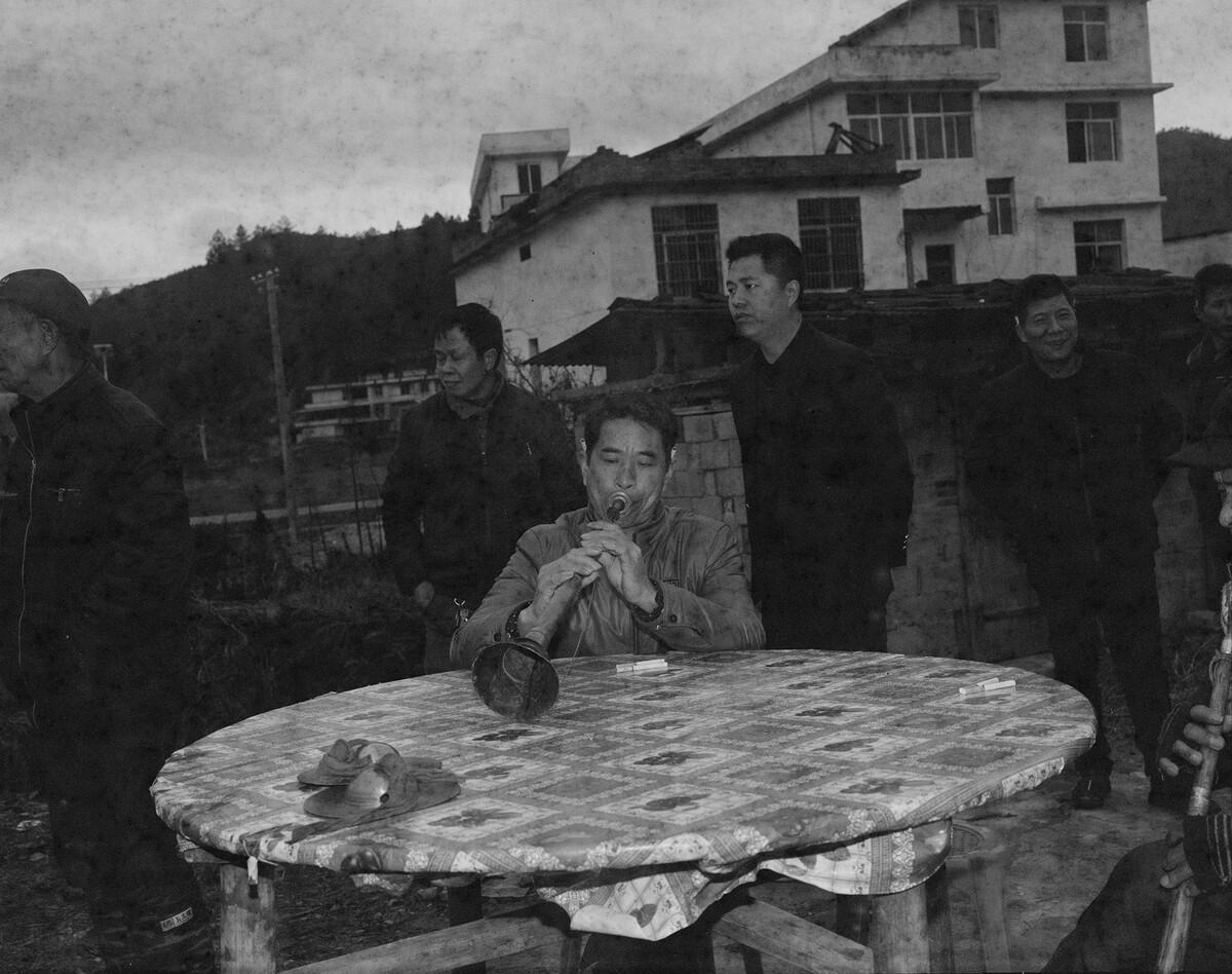 2018年,寺背罗氏宗祠前请神的唢呐乐手,Mamiya 7II +85/4,过期柯达黑白负片。