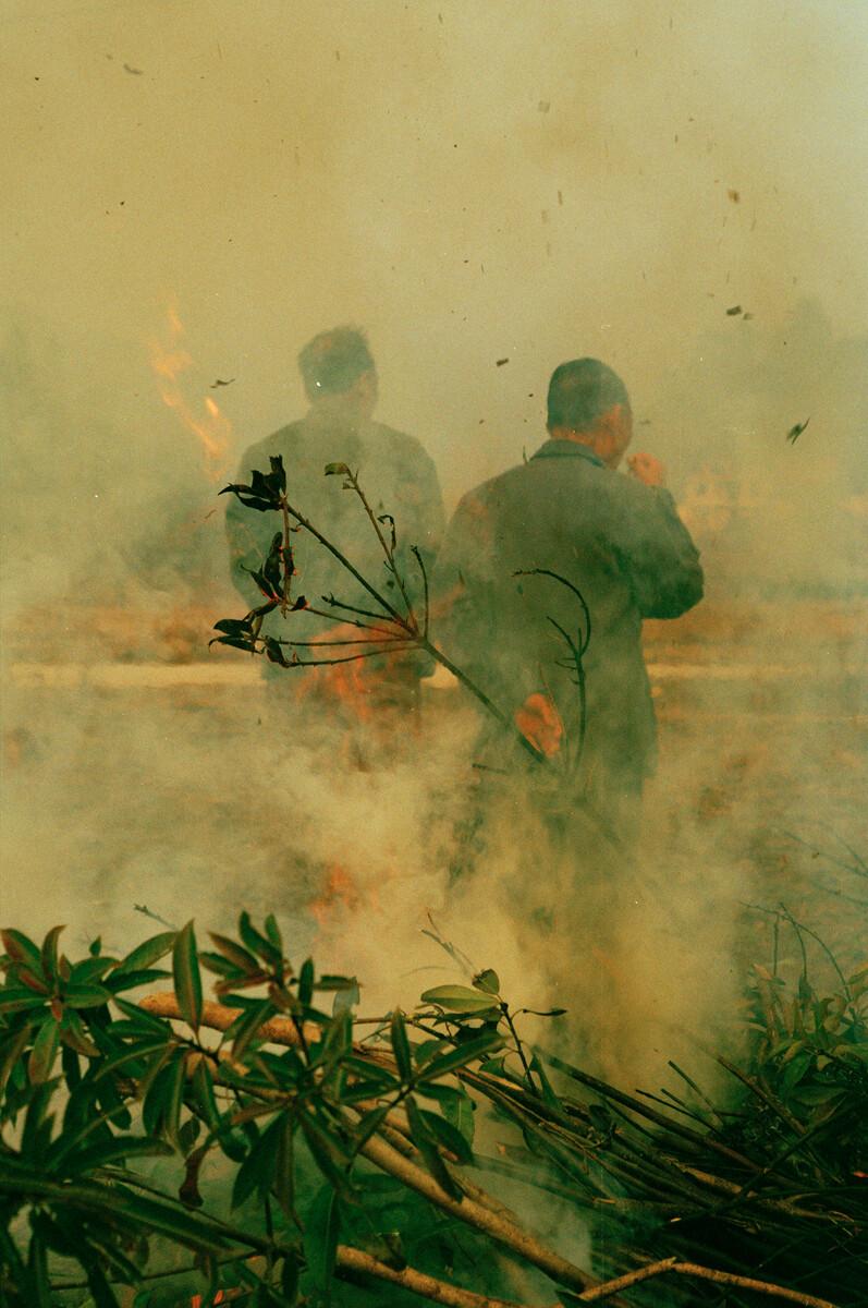 2014年,动态烧灌木去灰用以做米果(赣南客家过年时的年货)。佳能EOS3+50/3.5,过期柯达135负片。