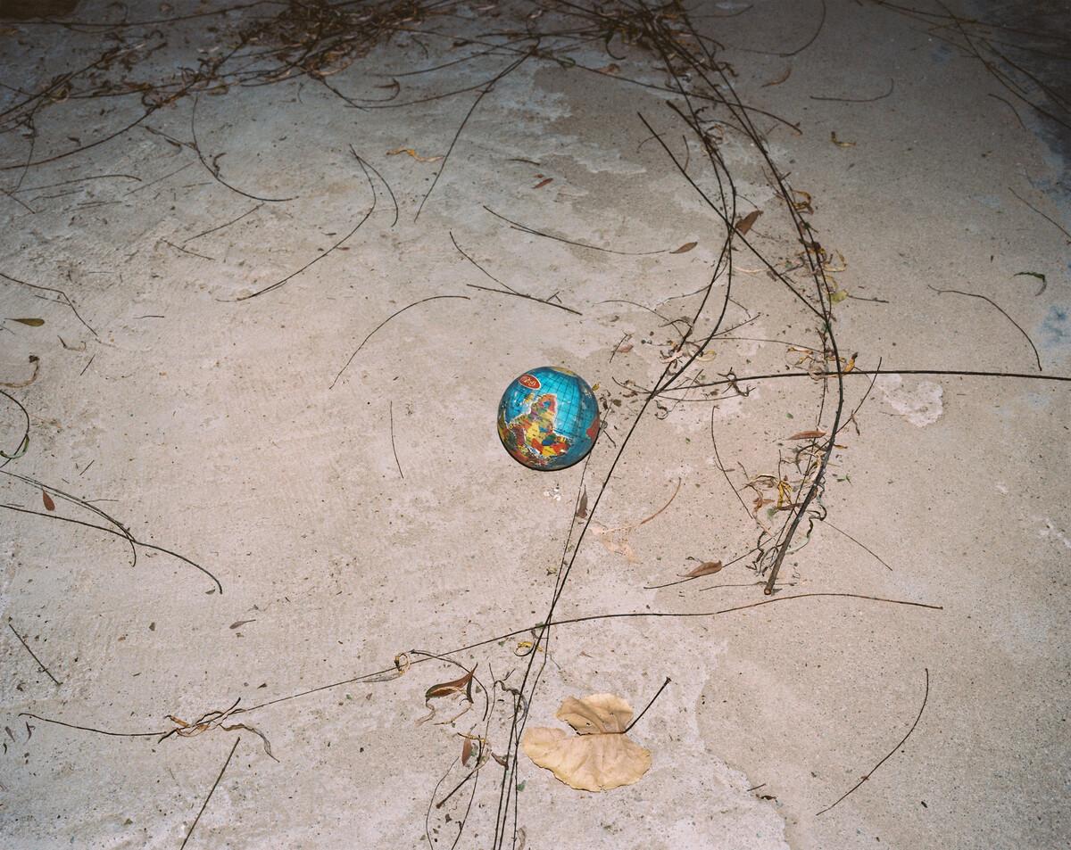 2014年,被孩子丢弃在寺背小学的地球仪。Mamiya 7II + 85/4,柯达120负片。