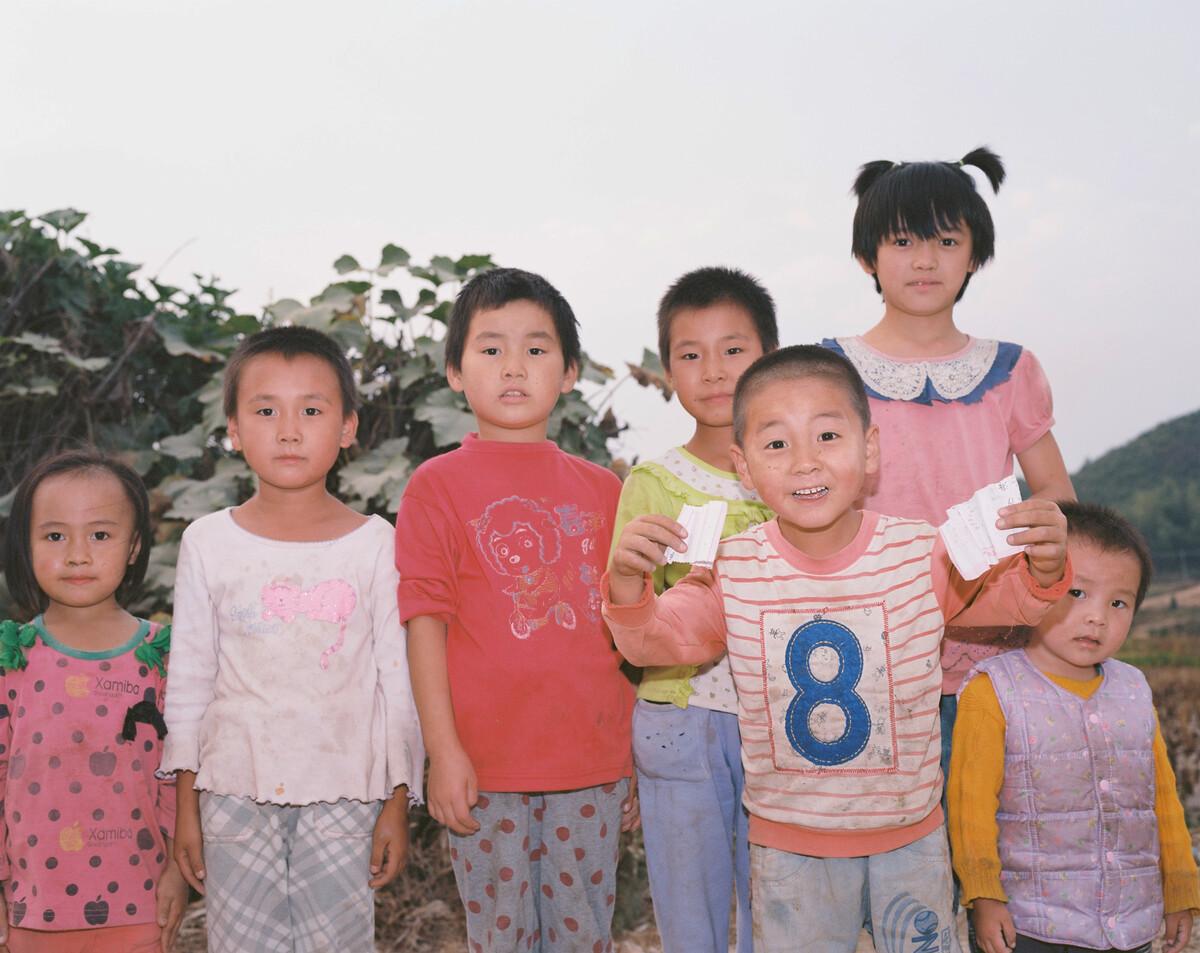 2014年,留守在寺背村的孩子们,他们的父母大部分在广东或福建打工。Mamiya 7II + 85/4,柯达120负片。