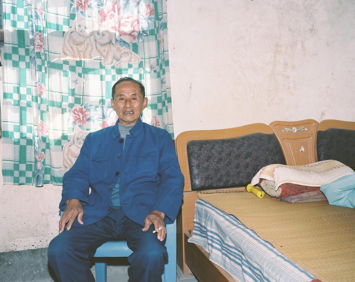2014年,从寺背村小学退休的老教师。Mamiya 7II + 85/4,柯达120负片。
