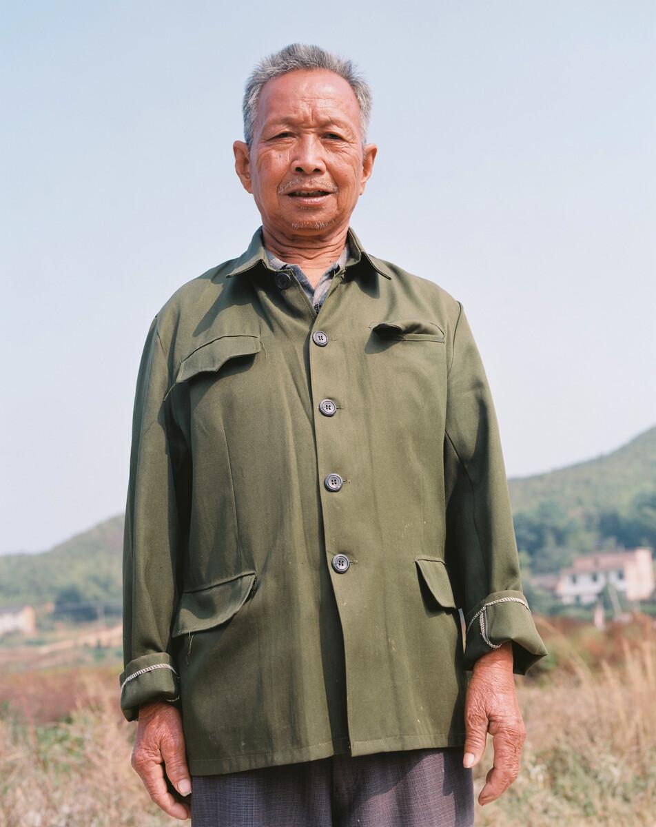 2014年,穿中山装的村民。Mamiya 7II + 85/4,柯达120负片。