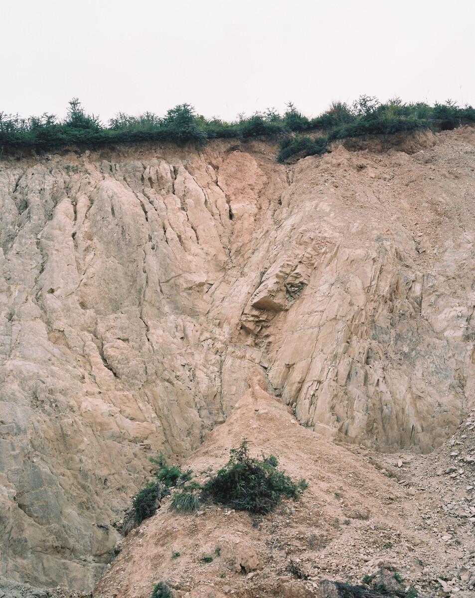 2014年,一个被挖土机开辟的山,村民准备在这里建房。Mamiya 7II + 85/4,柯达120负片。