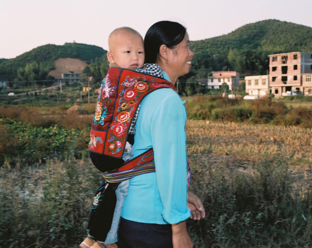 2014年,用传统背篼背着孙子的年轻奶奶。Mamiya 7II + 85/4,柯达120负片。