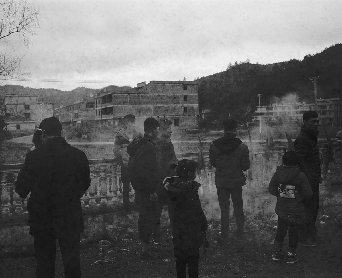 2018年,在祠堂前迎接神像的村民。Mamiya 7II + 85/4,过期柯达120负片。