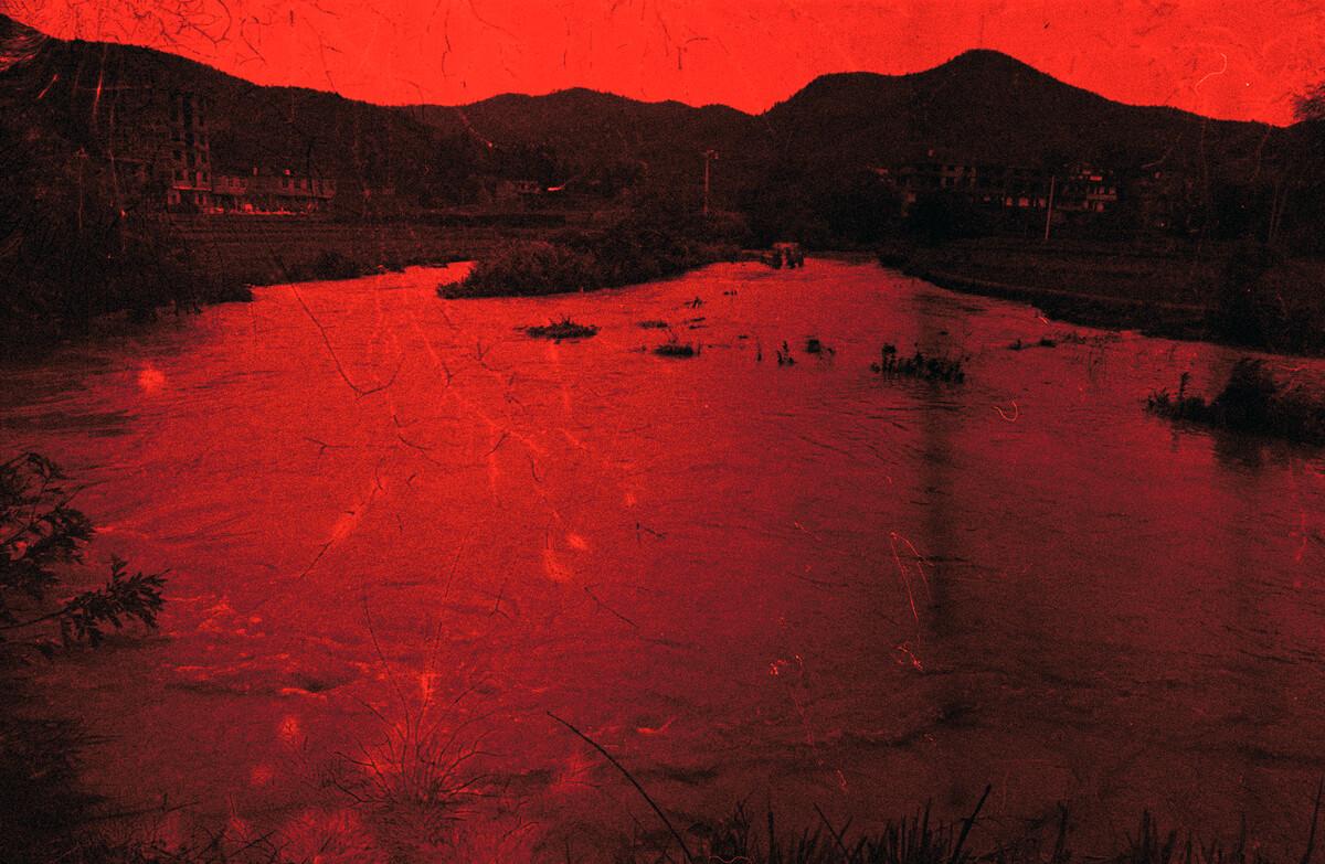 2014年,寺背村的山洪。佳能EOS3 +24-104/4,135柯达黑白负片。